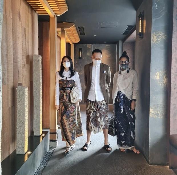 Dian Sastro (kiri) mengenakan kain batik sebagai kemben/