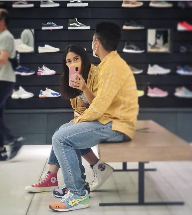 Couple style dengan batik dan sneakers fashionable/