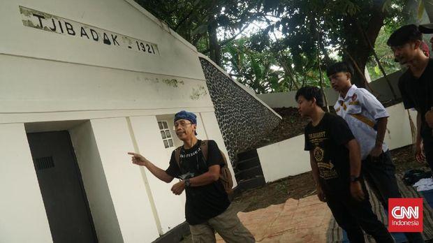 Di Kota Bandung, ada sebuah bangunan tua peninggalan kolonial yang berfungsi menyalurkan air bersih. Namanya Gedong Cai Tjibadak yang berlokasi di Jalan Cidadap Girang, Kelurahan Ledeng, Kecamatan Cidadap.