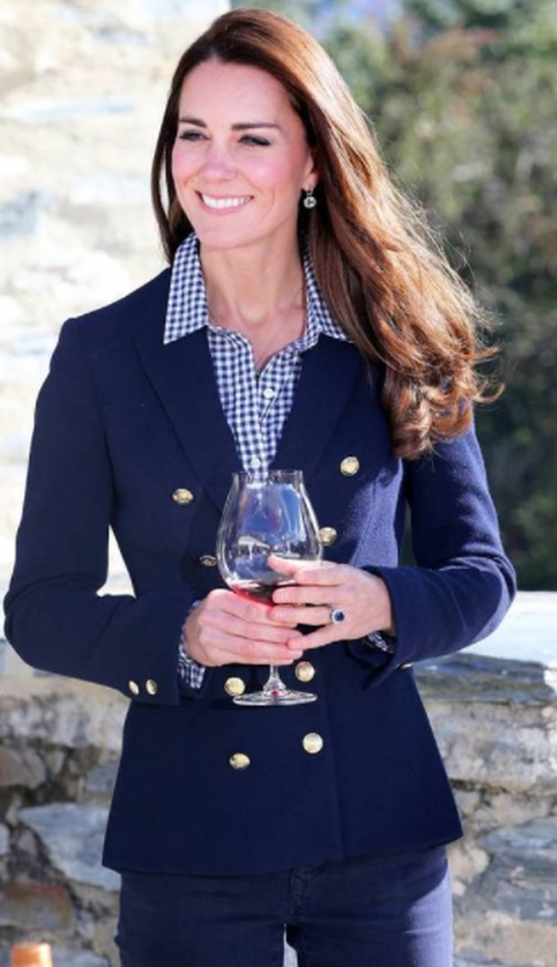 Kate Middleton dengan Blazer dan Kemeja