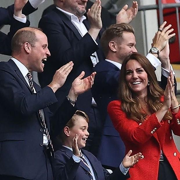 Kate Middleton dengan Blazer Warna Merah