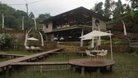Nikmatnya Menyeruput Kopi dengan Pemandangan Sawah di Bogor