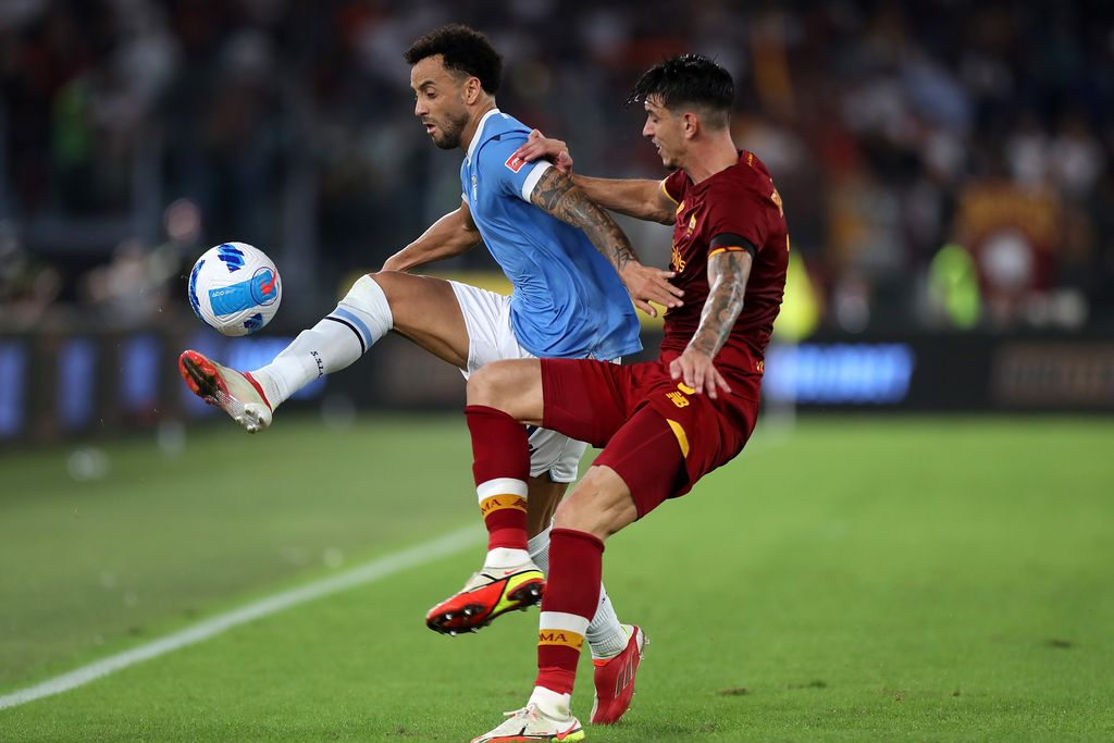 ROME, ITALY - SEPTEMBER 26: Felipe Anderson of Lazio holds off pressure from Roger Ibanez of Roma during the Serie A match between SS Lazio and AS Roma at Stadio Olimpico on September 26, 2021 in Rome, Italy. (Photo by Paolo Bruno/Getty Images)