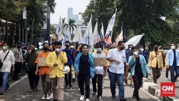 Massa aksi demo dari BEM SI tiba di Gedung KPK, Jakarta Selatan, Senin (27/9)