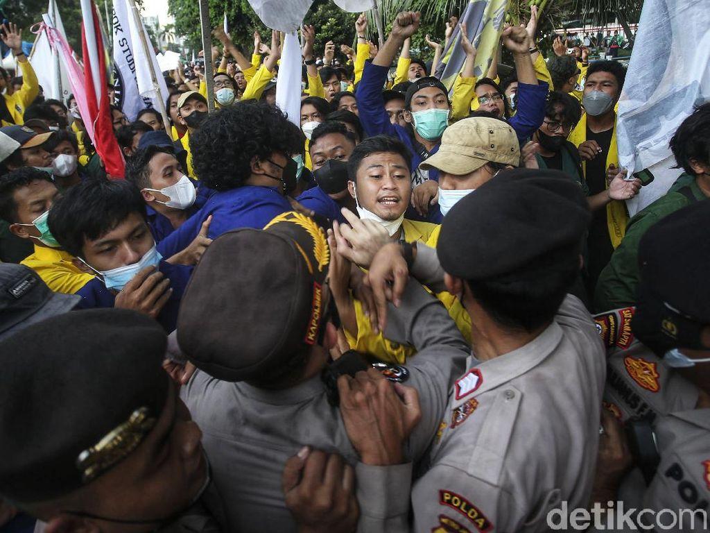 Sempat Mereda, Massa BEM SI Dorong-dorongan Lagi dengan Polisi di KPK