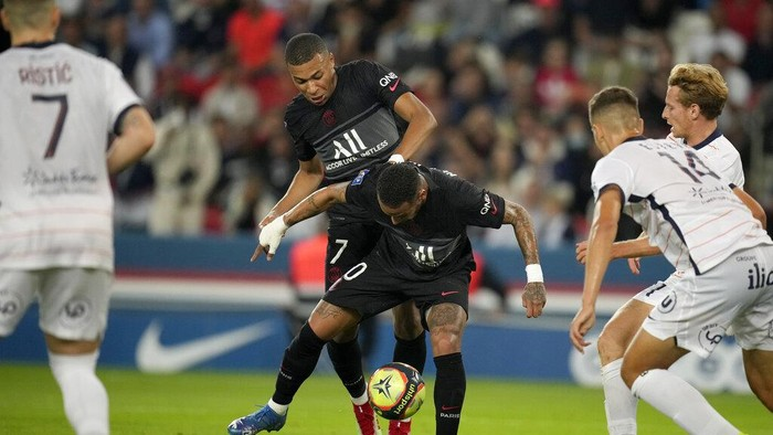 PSGs Kylian Mbappe, center left, and teammate Neymar go both for the same ball during the French League One soccer match between Paris Saint-Germain and Montpellier at the Parc des Princes stadium in Paris, Saturday, Sept. 25, 2021. (AP Photo/Christophe Ena)