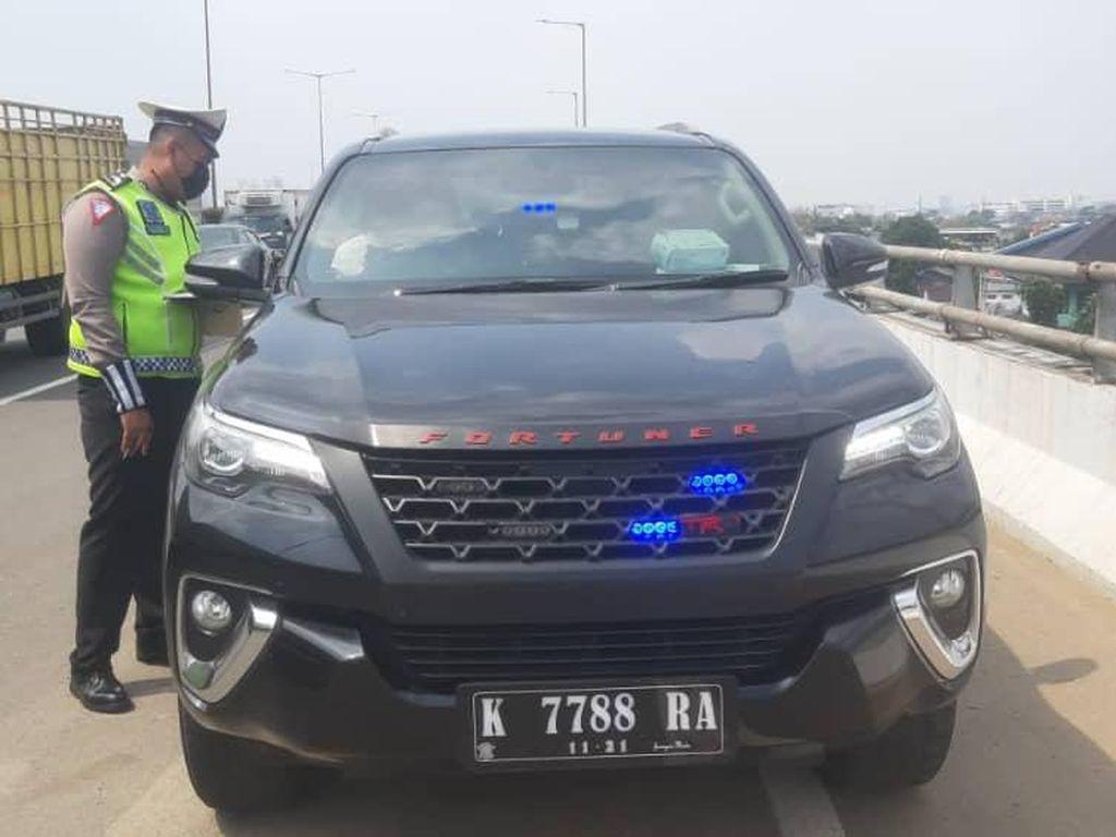 Ingin Cepat Sampai, Mobil Pakai Rotator Malah Kena Tilang di Tol Jatinegara