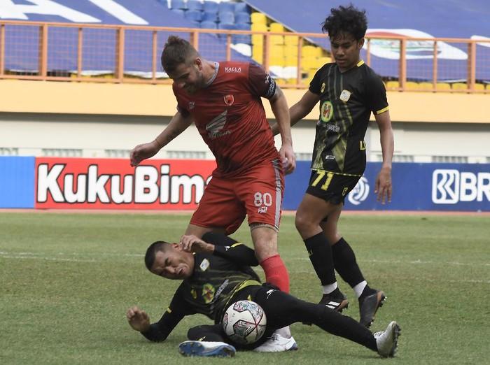 Pesepakbola PS Barito Putera Baimatov (kiri) menghentikan pergerakan pesepakbola PSM Makassar Pluim (tengah) pada lanjutan Liga 1 di Stadion Wibawa Mukti, Kabupaten Bekasi, Jawa Barat, Senin (27/9/2021). Pertandingan babak pertama berakhir 0-0. ANTARA FOTO/ Fakhri Hermansyah/aww.