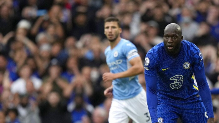Chelseas Romelu Lukaku, right, reacts after missing a chance to score during the English Premier League soccer match between Chelsea and Manchester City at Stamford Bridge Stadium in London, Saturday, Sept. 25, 2021. (AP Photo/Alastair Grant)