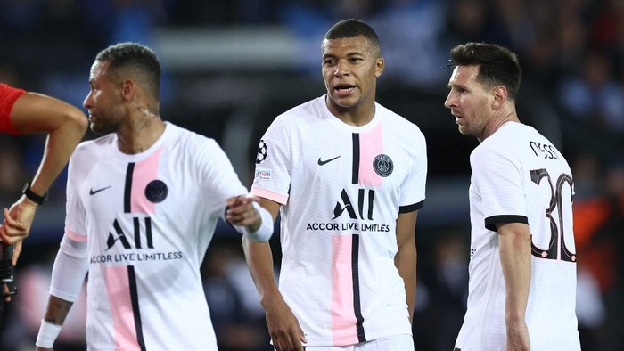 (From L) Paris Saint-Germains Brazilian forward Neymar, Paris Saint-Germains French forward Kylian Mbappe and Paris Saint-Germains Argentinian forward Lionel Messi look on during the UEFA Champions League Group A football match Club Brugge against Paris Saint-Germain (PSG) at Jan Breydel Stadium in Bruges, on September 15, 2021. (Photo by KENZO TRIBOUILLARD / AFP)