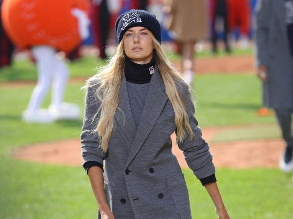5 Foto Alica Schmidt, Pelari Terseksi di Dunia Jadi Model Milan Fashion Week