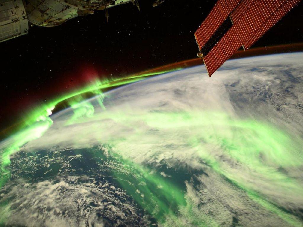 Foto Spektakuler Aurora Selimuti Bumi, Dijepret dari Antariksa