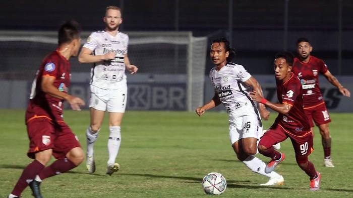 Pesepak bola Borneo FC M Sihran (kedua kanan) berebut bola dengan pesepak bola Bali United Hariono (ketiga kanan) pada lanjutan Liga 1 2021-2022 di Stadion Indomilk Arena, Tangerang, Banten, Kamis (28/9/2021). ANTARA FOTO/Muhammad Iqbal/rwa.