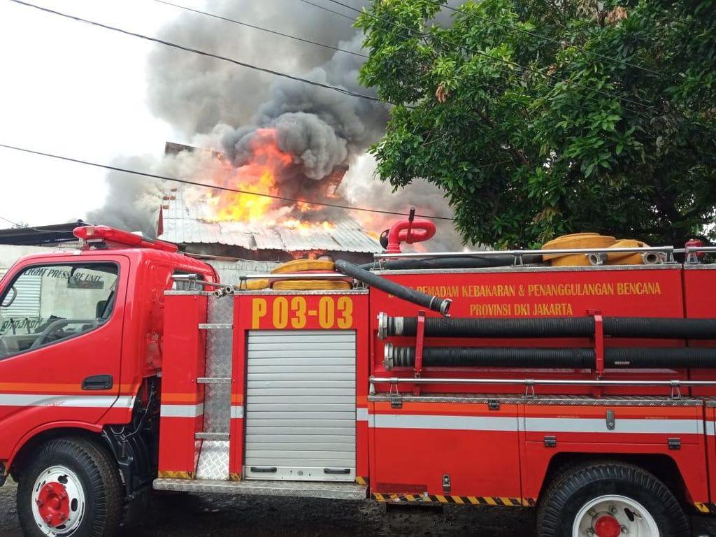 Kena Reruntuhan Gudang 2 Lantai di Menteng, Pelipis Petugas Damkar Sobek
