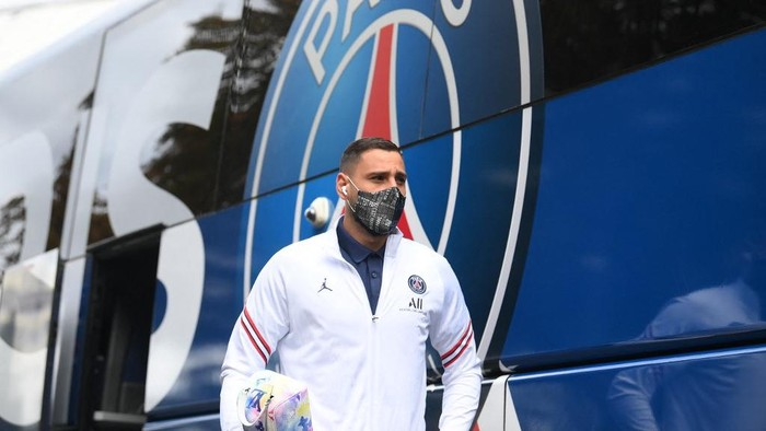 Italys goalkeeper Gianluigi Donnarumma arrives  ahead of the French L1 football match between Paris-Saint Germain (PSG) and Clermont Foot 63 at the Parc des Princes Stadium in Paris on September 11, 2021. (Photo by FRANCK FIFE / AFP)