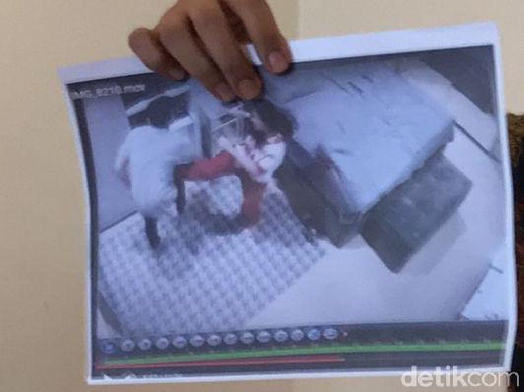 Ini Foto Tendangan Kungfu Dhena yang Diklaim Jonathan Frizzy Bukti KDRT