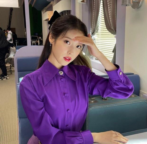Soloist sekaligus aktris yang mempunyai nama asli Lee Ji Eun ini selain terkenal karena karyanya, juga terkenal dengan hartanya yang melimpah dan kebaikan hatinya.