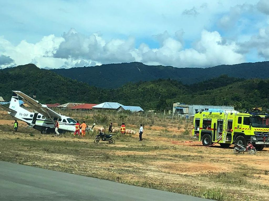 Penampakan Pesawat Kargo yang Tergelincir di Bandara Yuvai