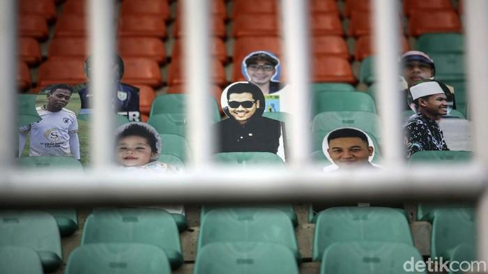 Liga 1 yang bergulir tanpa penonton ini membuat stadion sepi. Namun tidak untuk Persela, tim asal Jawa Timur ini membawa kardus bergambar suporter ke stadion.