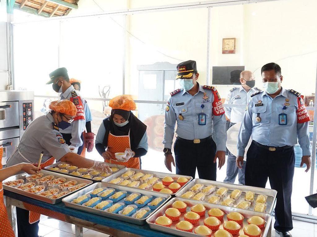 Keterampilan Napi Lapas Madiun Menghasilkan Batik dan Kue