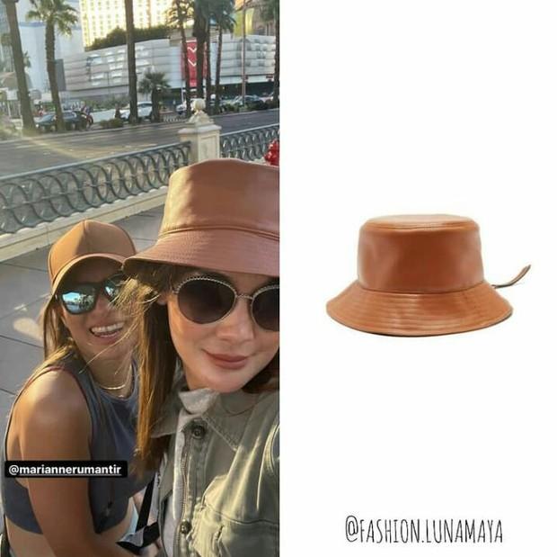 Bucket hat berbahan leather atau kulit dari Loewe yang dibanderol dengan harga Rp10,4 juta.