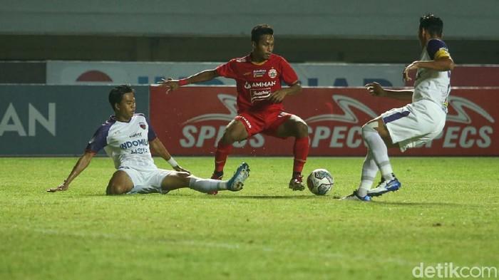 Aksi Osvaldo Haay di laga Persija Jakarta vs Persita Tangerang