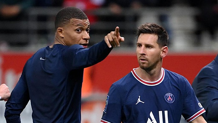 Paris Saint-Germains French forward Kylian Mbappe talks to Paris Saint-Germains Argentinian forward Lionel Messi at the end of the French L1 football match between Stade de Reims and Paris Saint-Germain at Auguste Delaune Stadium in Reims on August 29, 2021. (Photo by FRANCK FIFE / AFP)