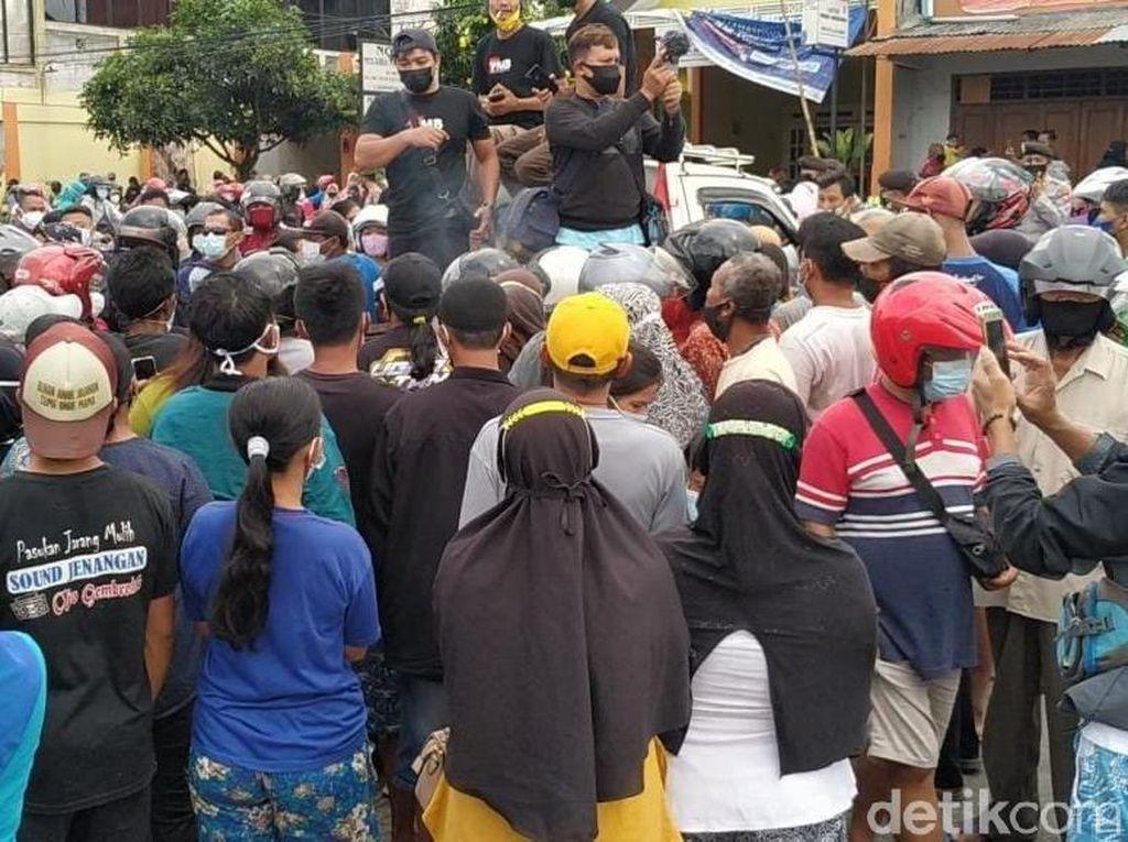 Saat Demo Peternak di Blitar Berujung Rebutan Telur Gratis