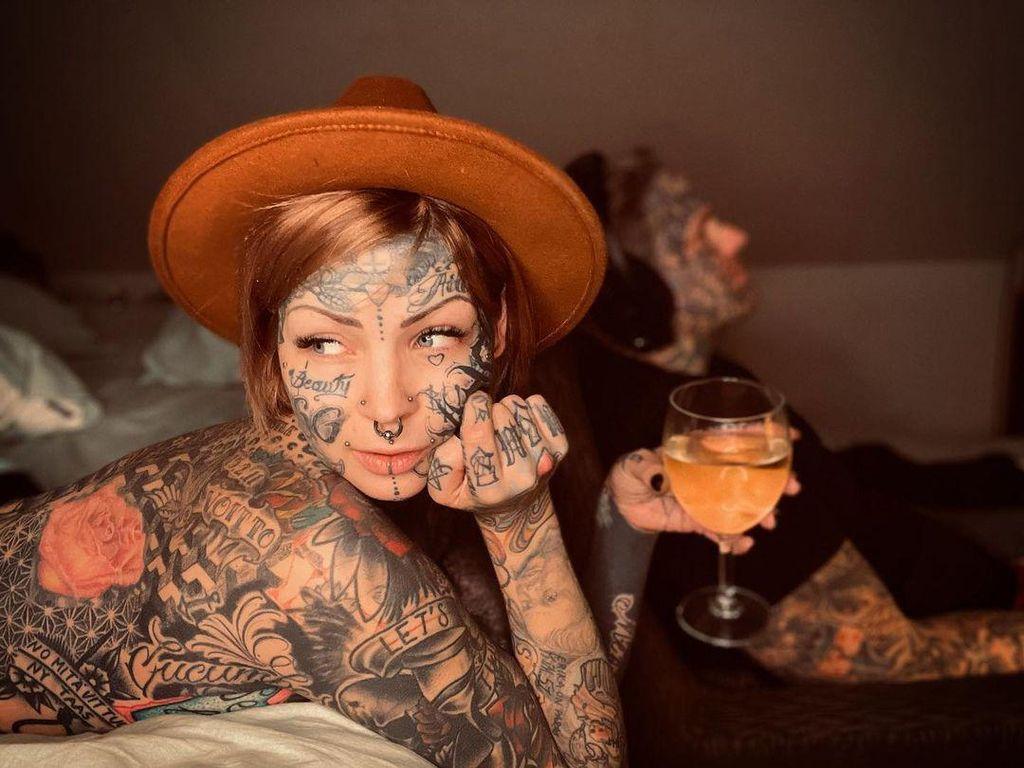 10 Potret Wanita Berpenampilan Ekstrem, Penuh Tato di Wajah Hingga Payudara