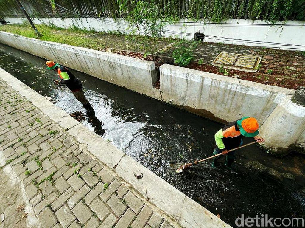Cegah Banjir, Pasukan Oranye Bersihkan Sampah di Selokan