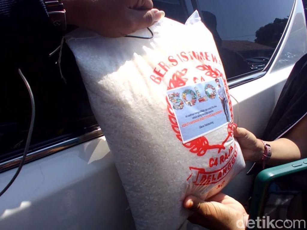 Gaya Gibran Bagi-bagi Beras, Disebut Branding Politik-Duplikasi Jokowi