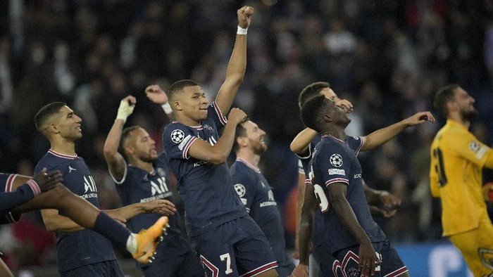 PSGs Kylian Mbappe, center, and PSG players celebrate at the end of the Champions League Group A soccer match between Paris Saint-Germain and Manchester City at the Parc des Princes in Paris, Tuesday, Sept. 28, 2021. PSG won the match 2-0. (AP Photo/Christophe Ena)