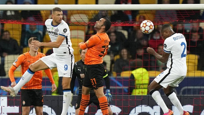 Inter Milans Denzel Dumfries, right, heads the ball during the Champions League group D soccer match between Shakhtar Donetsk and Inter Milan at the Olimpiyskiy Stadium in Kyiv, Ukraine, Tuesday, Sept. 28, 2021. (AP Photo/Efrem Lukatsky)