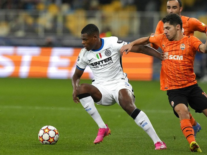 Inter Milans Denzel Dumfries, left, challenges for the ball with Shakhtars Manor Solomon during the Champions League group D soccer match between Shakhtar Donetsk and Inter Milan at the Olimpiyskiy Stadium in Kyiv, Ukraine, Tuesday, Sept. 28, 2021. (AP Photo/Efrem Lukatsky)