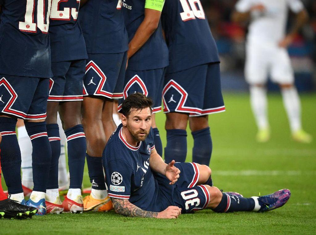 Kok Bisa-bisanya Sekelas Messi Rebahan Jaga Tendangan Bebas?