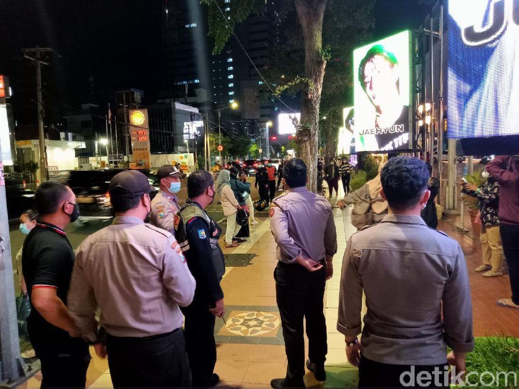 Penggemar NCT Diminta Tetap Prokes Saat Foto Depan Videotron di Surabaya