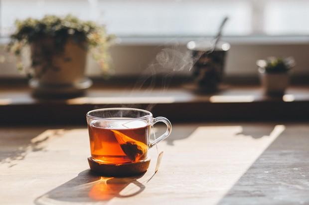 Teh rooibos adalah teh merah bebas kafein yang berasal dari Afrika Selatan.