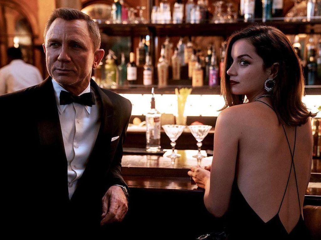 Ana de Armas, Bond Girl yang Hobi Makan di Pinggir Pantai