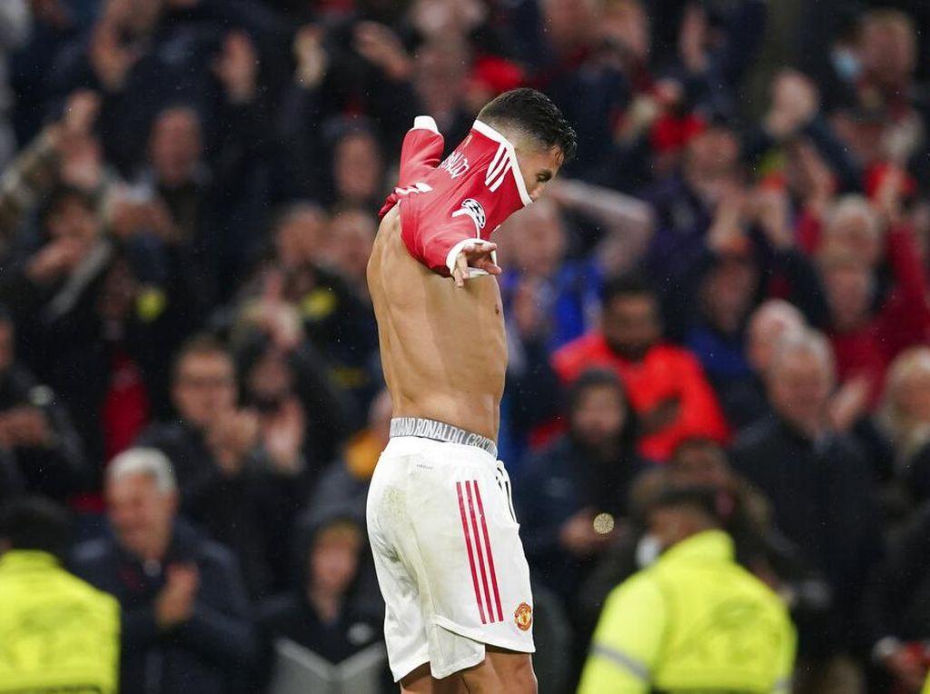 CR7 Pamer Celana Dalam... Cristristiano Ronaldo?
