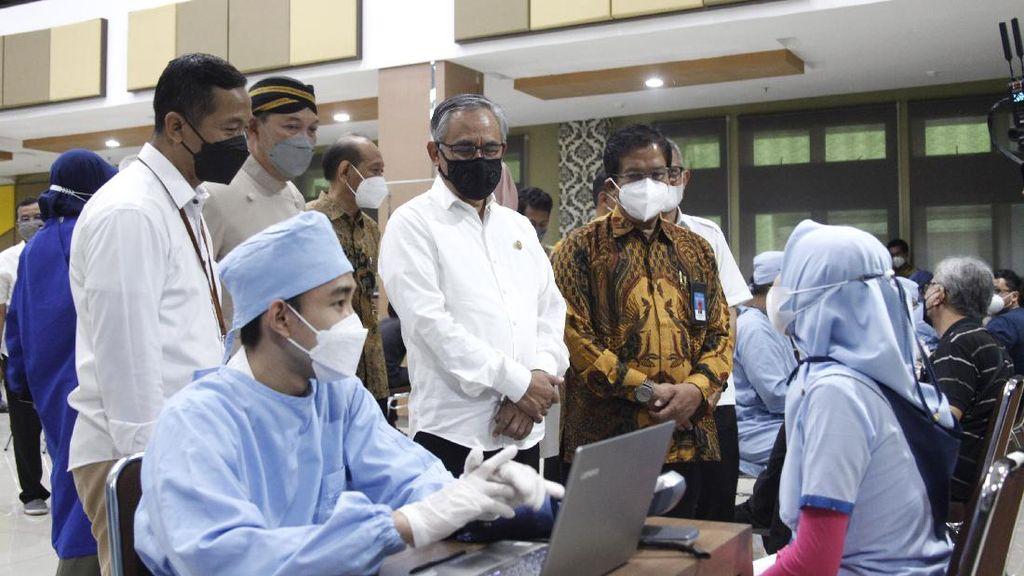 Momen Ketua Komisioner OJK Tinjau Vaksinasi untuk Negeri