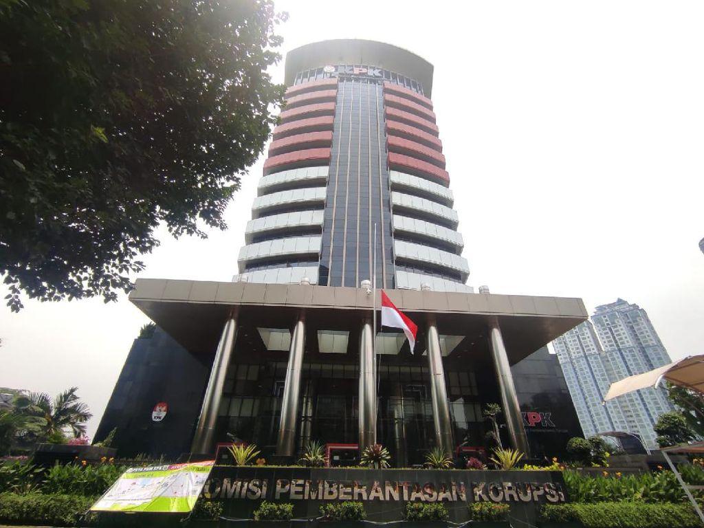 KPK Pasang Bendera Setengah Tiang