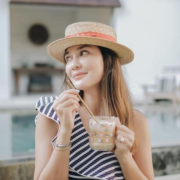 Luna Maya dengan Straw Hat