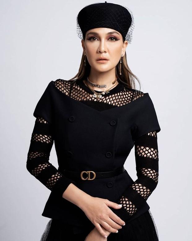 Luna Maya Tampil Elegan dengan Beret Hat