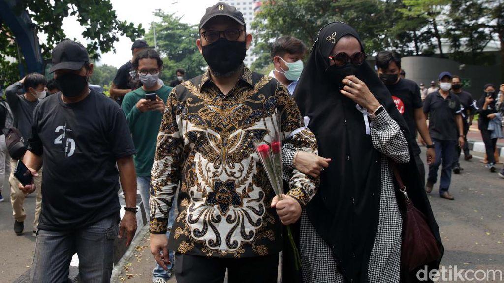 Momen Novel Baswedan Gandeng Istri Tinggalkan Gedung KPK