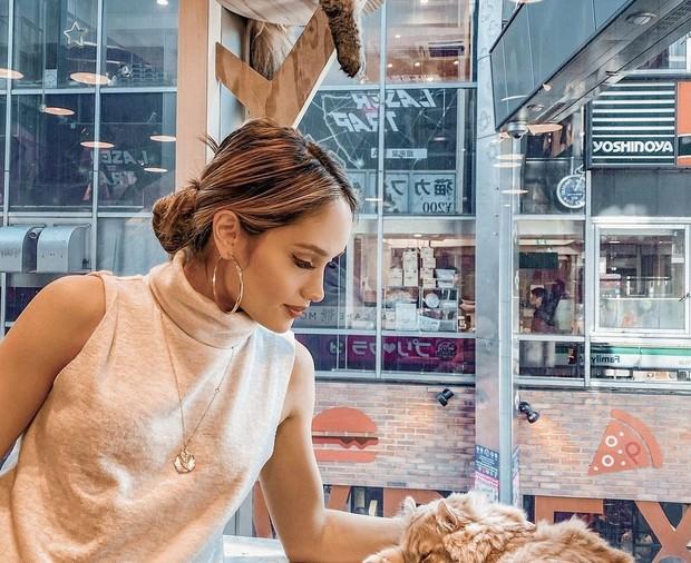 5 Kiat Tampil Stylish saat Zoom Meeting ala Cinta Laura Kiehl