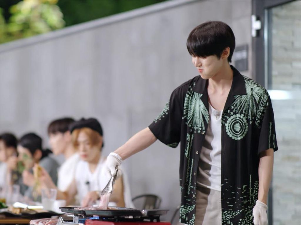 Pesta BBQ ala NCT 127, Doyoung Jadi Juru Masaknya!