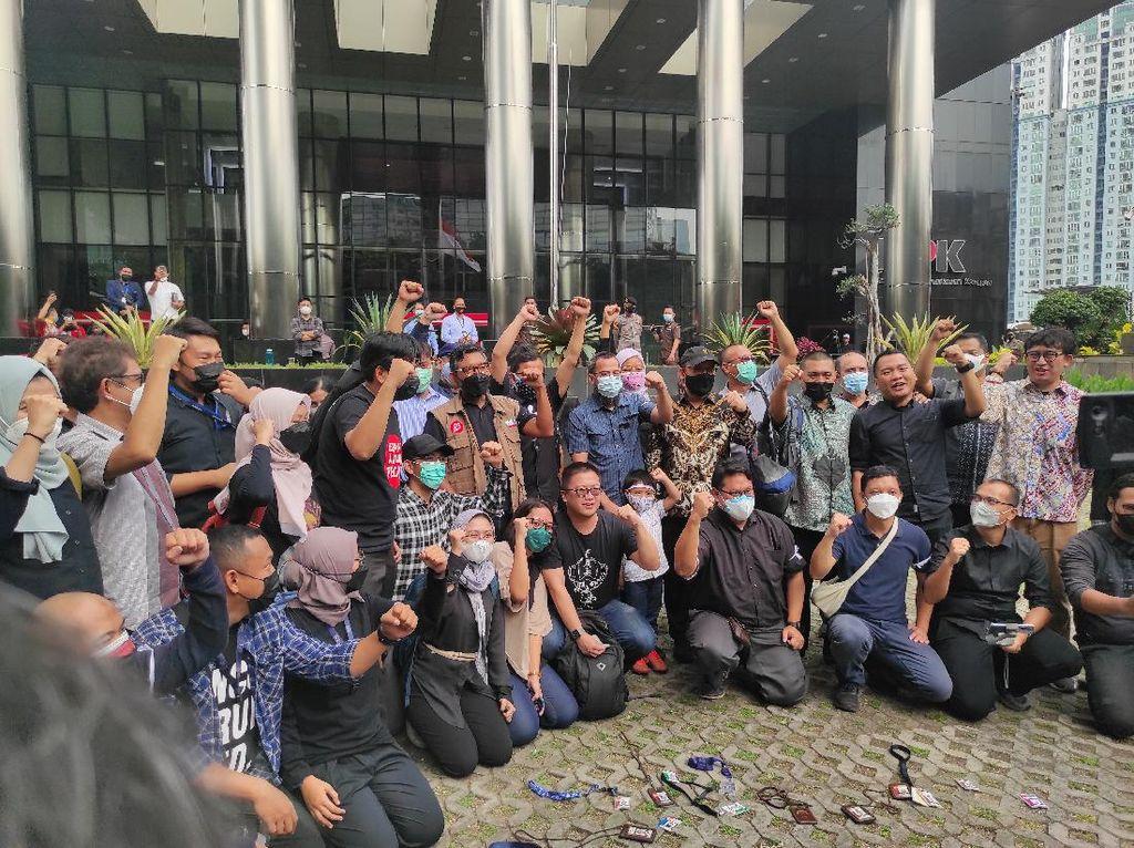 Satire Eks Pegawai KPK Mengaku Bangga Dipecat