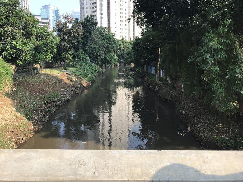 Cegah Banjir, Pemkot Jaksel Keruk Kali Krukut Jalan Gatsu-Sudirman