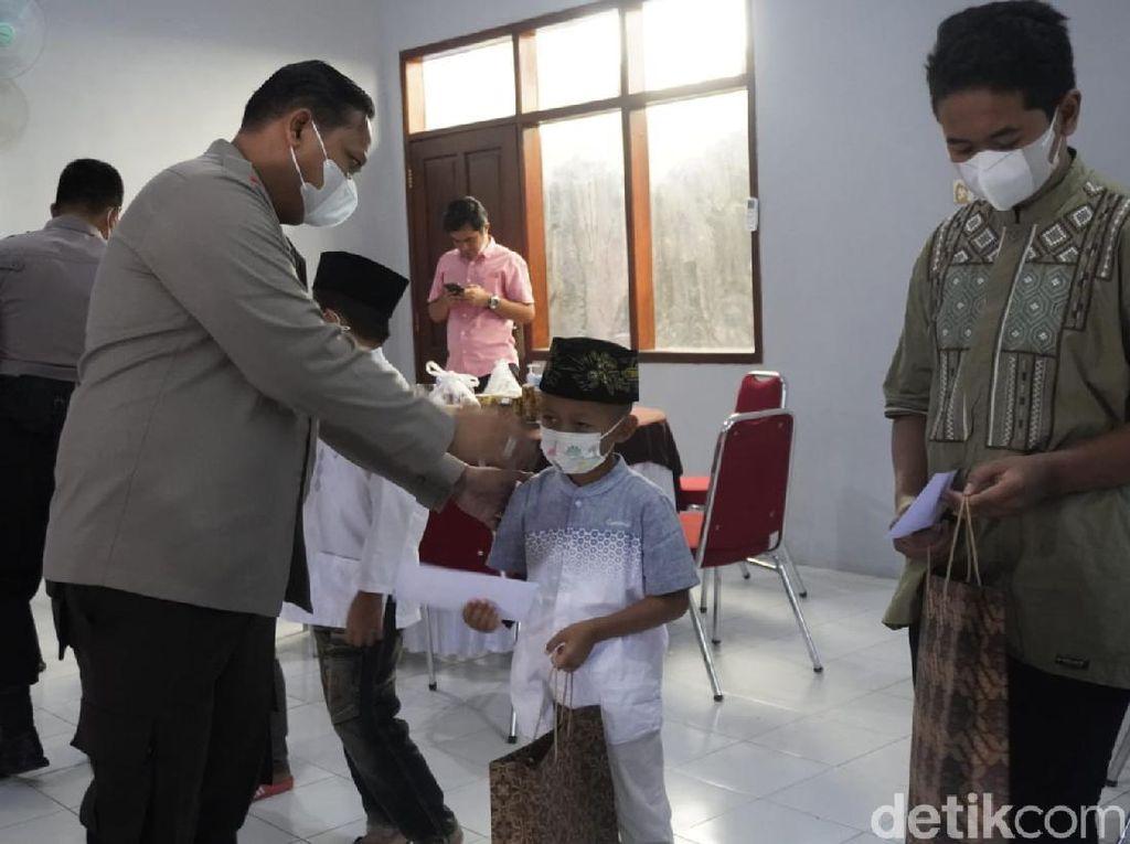 Saat Anak Yatim di Bojonegoro Diajak Doakan Orang Tua dan Diberi Santunan