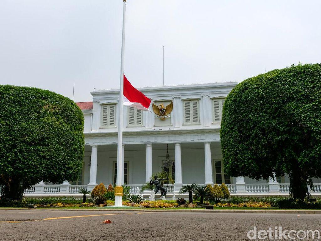 Potret Bendera Setengah Tiang di Istana Negara-Kantor Pemerintah Bandung